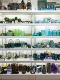 Wenig Tabelle verziert mit Kerzenlicht, Vase und Büchern Lizenzfreie Stockfotografie