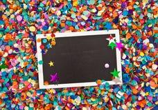 Wenig Tafel auf Konfettis Lizenzfreie Stockfotografie