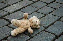 Wenig Teddybär-tragen Stockbild