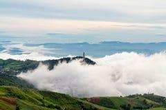 Wenig Tempel auf nebeligem Berg Lizenzfreies Stockbild