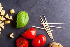Wenig Tomate, Käse und Basilikum Lizenzfreie Stockfotos