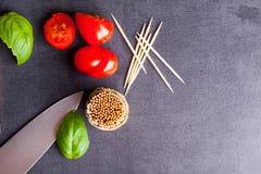 Wenig Tomate und Basilikum Stockfoto