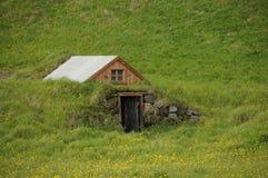 Wenig traditionelles Haus von Island stockbild