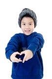 Wenig tragende Winterkleidung des asiatischen Lächelnjungen lizenzfreie stockbilder