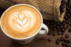 Wenig Tulpe Lattekunst mit coffe Bohnen und Sack stockbild