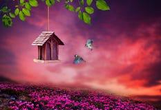Wenig Vogelhaus im Frühjahr mit Blütenblumenlandschaft Lizenzfreie Stockfotos