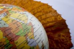 Wenig vorbildliche Kugel durch ein Herbstblatt Lizenzfreies Stockfoto