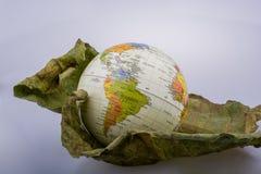 Wenig vorbildliche Kugel gesetzt auf ein Herbstblatt Lizenzfreie Stockfotografie