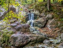 Wenig Wasserfall in den Bergen Stockfotografie