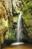 Wenig Wasserfall in Tschechischer Republik Skalne Mesto Adrspach Stockfotografie