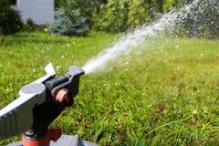 Wenig Wassertropfen von der Berieselungsanlage lizenzfreie stockfotografie