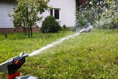 Wenig Wassertropfen von der Berieselungsanlage stockfoto
