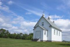 Wenig weiße Kirche auf dem Grasland lizenzfreie stockbilder