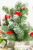 Wenig Weihnachtsbaum mit roten Bällen Stockbild