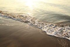 Wenig Welle auf dem Strand Lizenzfreies Stockfoto
