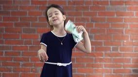 Wenig wellenartig bewegendes Geld des Mädchens wie ein Fan stock footage