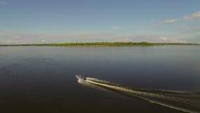 Wenig Yacht auf dem Fluss stock video
