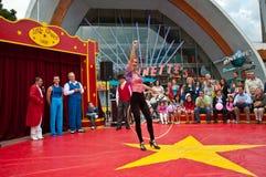 Wenig Zirkusunterhaltung im Disney-Dorf heraus Lizenzfreie Stockbilder
