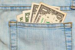 Wenige abgenutzte US-Dollars Anmerkungen in den Jeans stecken ein Stockbild