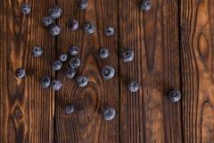 Wenige bluebarries auf dem Holztisch Stockfotografie