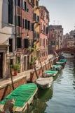 Wenige Boote auf einem Kanal in Venedig Stockbild