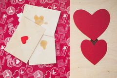 Wenige Buchstaben mit roten Herzen Lizenzfreies Stockfoto