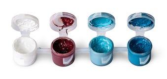 Wenige farbige Acrylfarben in den offenen Gläsern Lizenzfreies Stockbild