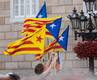 Wenige fliegende Katalonien-Flaggen Lizenzfreie Stockbilder
