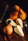 Wenige goldene Birnen auf Holztisch Stockfoto