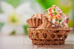 Wenige Kuchen im Weidenkorb Lizenzfreies Stockfoto