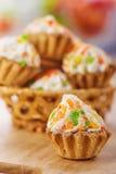 Wenige Kuchen im Weidenkorb Stockbilder