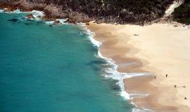Wenige Leute auf der Zeit des Strandes im Frühjahr Lizenzfreies Stockfoto