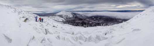 Wenige Leute in den Winterbergen, Süd-Ural Stockbilder