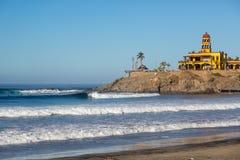 Wenige Leute, die den frühen Tag in TODOS Santos genießen, setzen in Baja California, Mexiko auf den Strand Stockbild
