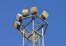Wenige moderne Straßenlaternen gegen blauen Himmel Lizenzfreie Stockfotografie
