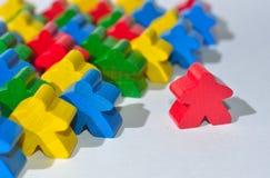 Wenige multi Farbhölzerne menschliche Figuren Stockfoto