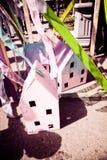 Wenige Papphäuser und Banddekorationen für eine Feierpartei Lizenzfreie Stockfotos