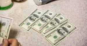 Wenige Rechnung von hundert Dollar Stockfotografie