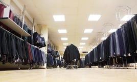 Wenige Reihen der Jacken und der Mannhose im System Stockfoto