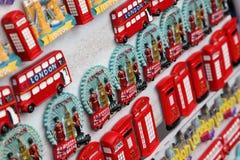 Wenige Reihen der Magnetandenken von London Stockfotografie