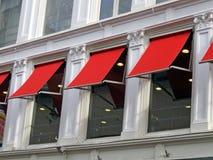 Wenige rote Gebäudefenster, Aufbaudetails, Stockfotografie
