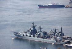 Wenige Schiffe im Hafen von Wladiwostok Stockfotos