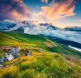 Wenige Sekunden vor Sonnenaufgang im nebeligen Val di Fassa-Tal Stockfotos
