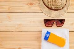 Wenige Sommereinzelteile auf hölzernem Hintergrund Stockbilder