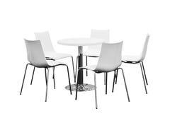 Wenige Stühle um die Tabelle, niemand, lokalisiert auf weißem Hintergrund stockbilder