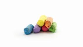 Weniger Kreide in einer Vielzahl von Farben vereinbarte auf einem weißen Hintergrund Stockbild