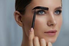 Wenkbrauwkleuring Vrouw die brow tint met make-upborstel toepassen royalty-vrije stock fotografie