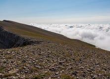 Wenn Sie an die Spitze des Berges und der Wolken gelangen, seien Sie an Ihren Füßen Lizenzfreies Stockbild