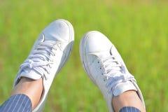 Wenn Sie sich entspannen, schwingen Sie Ihren Fuß Stockbilder