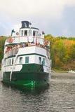 Wenonah 11 som skriver in låset på port Carling, Ontario Arkivbild